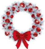 Στεφάνι Χριστουγέννων με τους ασημένιους κλάδους έλατου χρώματος και τις κόκκινες σφαίρες απεικόνιση αποθεμάτων
