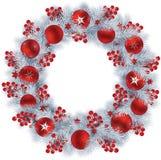 Στεφάνι Χριστουγέννων με τους ασημένιους κλάδους, τα μούρα και το Πε έλατου χρώματος απεικόνιση αποθεμάτων