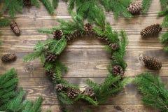 Στεφάνι Χριστουγέννων με τους κλάδους έλατου και κώνος πεύκων ξύλινο tabletop Επίπεδος βάλτε Στοκ φωτογραφίες με δικαίωμα ελεύθερης χρήσης