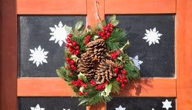 Στεφάνι Χριστουγέννων, ξύλινη πόρτα με το γυαλί, διακόσμηση Χριστουγέννων, Στοκ φωτογραφία με δικαίωμα ελεύθερης χρήσης