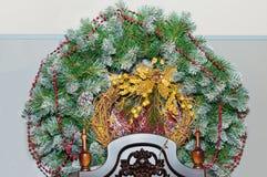 Στεφάνι Χριστουγέννων σε ένα ελαφρύ υπόβαθρο Στοκ φωτογραφία με δικαίωμα ελεύθερης χρήσης