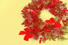 Στεφάνι Χριστουγέννων σε ένα κίτρινο υπόβαθρο Στοκ φωτογραφίες με δικαίωμα ελεύθερης χρήσης