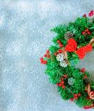 Στεφάνι Χριστουγέννων σε ένα μαύρο υπόβαθρο Στοκ εικόνες με δικαίωμα ελεύθερης χρήσης