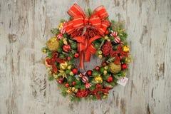 Στεφάνι Χριστουγέννων στην ξύλινη ανασκόπηση Στοκ Εικόνα