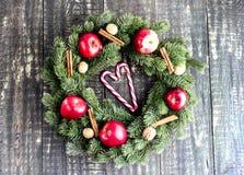 Στεφάνι Χριστουγέννων στην ξύλινη ανασκόπηση Στοκ Εικόνες