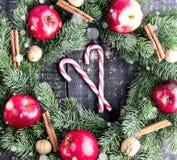 Στεφάνι Χριστουγέννων στην ξύλινη ανασκόπηση Στοκ φωτογραφίες με δικαίωμα ελεύθερης χρήσης