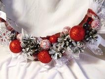 Στεφάνι Χριστουγέννων στην πόρτα χειροποίητου Στοκ φωτογραφία με δικαίωμα ελεύθερης χρήσης