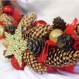 Στεφάνι Χριστουγέννων στην πόρτα χειροποίητου Στοκ εικόνες με δικαίωμα ελεύθερης χρήσης