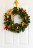 Στεφάνι Χριστουγέννων στην πόρτα. Στοκ Εικόνα
