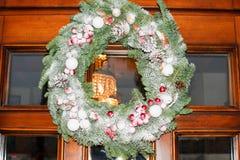 Στεφάνι Χριστουγέννων στην πόρτα Στοκ Εικόνες
