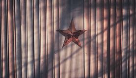 Στεφάνι Χριστουγέννων στο ξύλινο υπόβαθρο με το κόκκινο αστέρι στοκ φωτογραφίες