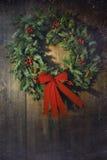 Στεφάνι Χριστουγέννων στο ξύλινο υπόβαθρο Στοκ Φωτογραφίες