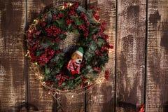 Στεφάνι Χριστουγέννων στο ξύλινο υπόβαθρο Στοκ Εικόνες