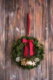 Στεφάνι Χριστουγέννων στο ξύλινο υπόβαθρο Στοκ εικόνα με δικαίωμα ελεύθερης χρήσης