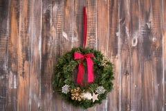Στεφάνι Χριστουγέννων στο ξύλινο υπόβαθρο Στοκ Φωτογραφία
