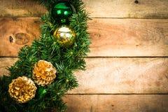 Στεφάνι Χριστουγέννων στο ξύλο Στοκ φωτογραφία με δικαίωμα ελεύθερης χρήσης