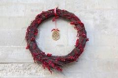 Στεφάνι Χριστουγέννων στο τουβλότοιχο Στοκ Εικόνα