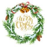 Στεφάνι Χριστουγέννων των κλάδων έλατου Χαρούμενα Χριστούγεννα που γράφει το κείμενο για τη ευχετήρια κάρτα ελεύθερη απεικόνιση δικαιώματος