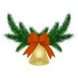 Στεφάνι Χριστουγέννων φιαγμένο από κλάδους έλατου με το κουδούνι και το κόκκινο τόξο κορδελλών στοκ εικόνα με δικαίωμα ελεύθερης χρήσης