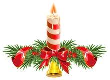 Στεφάνι Χριστουγέννων φιαγμένο από κλάδους έλατου με το κουδούνι και το κερί ελεύθερη απεικόνιση δικαιώματος