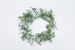 Στεφάνι Χριστουγέννων φιαγμένο από φύλλα ελαιόπρινου, υπόβαθρο με το διάστημα αντιγράφων Στοκ Φωτογραφίες