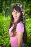 στεφάνι wildflowers κοριτσιών στοκ φωτογραφία με δικαίωμα ελεύθερης χρήσης
