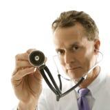 στηθοσκόπιο εκμετάλλευσης γιατρών Στοκ φωτογραφία με δικαίωμα ελεύθερης χρήσης