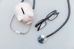 Στηθοσκόπιο εξοπλισμού γιατρών ιατρικής ή phonendoscope piggy γυαλιά τραπεζών που απομονώνεται στο άσπρο υπόβαθρο στοκ εικόνα