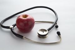 Στηθοσκόπιο και ένα μήλο Στοκ φωτογραφία με δικαίωμα ελεύθερης χρήσης
