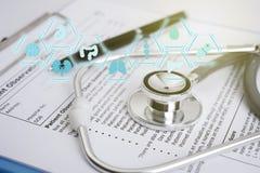 Στηθοσκόπιο με το έντυπο συνταγών και το ιατρικό εικονίδιο Στοκ φωτογραφία με δικαίωμα ελεύθερης χρήσης