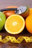 Στηθοσκόπιο, νωπό καρποί και εκατοστόμετρο, υγιείς τρόποι ζωής και έννοια διατροφής στοκ φωτογραφίες