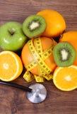 Στηθοσκόπιο, νωπό καρποί και εκατοστόμετρο, υγιείς τρόποι ζωής και διατροφή Στοκ φωτογραφία με δικαίωμα ελεύθερης χρήσης