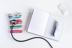 Στηθοσκόπιο, σημειωματάριο στο τοπ πρότυπο άποψης υποβάθρου γραφείων γραφείων γιατρών παιδιών ` s Στοκ εικόνες με δικαίωμα ελεύθερης χρήσης