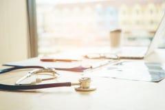 Στηθοσκόπιο στον πίνακα στο γραφείο νοσοκομείων γιατρών γραφείων Στοκ φωτογραφίες με δικαίωμα ελεύθερης χρήσης