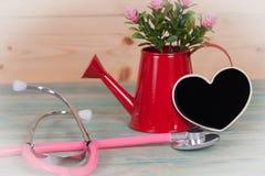 Στηθοσκόπιο στο ξύλο με τη μαύρη καρδιά Στοκ Φωτογραφία