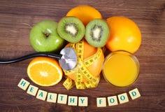 Στηθοσκόπιο, φρέσκα ώριμα φρούτα, χυμός και εκατοστόμετρο, υγιείς τρόποι ζωής και έννοια διατροφής Στοκ φωτογραφίες με δικαίωμα ελεύθερης χρήσης