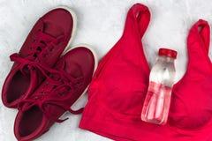 Στηθόδεσμος και μπουκάλι νερό πάνινων παπουτσιών στοκ εικόνα με δικαίωμα ελεύθερης χρήσης