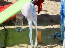 Στηθόδεσμος μαγιό που τεντώνεται στην κούνια παραλιών στοκ εικόνα με δικαίωμα ελεύθερης χρήσης