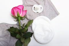 Στηθόδεσμος περιποίησης για το στηθόδεσμο μητέρων moms με το νέο μίας χρήσης μαξιλάρι στηθών Αποτρέπει τη ροή του γάλακτος στα εν στοκ εικόνες