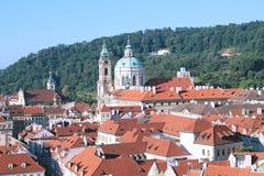 Στην άποψη στεγών της Πράγας από Στοκ φωτογραφία με δικαίωμα ελεύθερης χρήσης