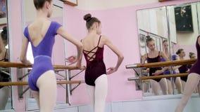 Στην αίθουσα μπαλέτου, τα νέα ballerinas στα πορφυρά leotards εκτελούν part de bra με το τέντωμα, κάθομαι-UPS με ένα εκτεταμένο π απόθεμα βίντεο