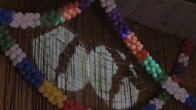 Στην ακτίνα του φωτός στον τοίχο η σκιά των σκιαγραφιών των aerialists που αποδίδουν σε ένα τσίρκο απόθεμα βίντεο