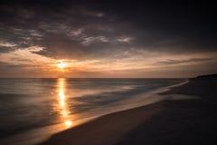 Στην αυγή θαλασσίως στα θερμά χρώματα Στοκ Εικόνα