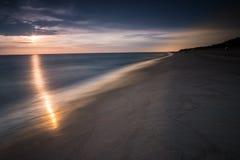 Στην αυγή θαλασσίως στα μπλε χρώματα Στοκ εικόνα με δικαίωμα ελεύθερης χρήσης