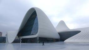 Στην είσοδο στο κέντρο Heydar Aliyev, νύχτα Ιανουαρίου σύννεφων baklava απόθεμα βίντεο