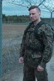 Στην επιφυλακή στην εχθρική στρατιωτική περιοχή Στοκ εικόνες με δικαίωμα ελεύθερης χρήσης