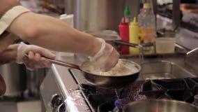 Στην ηλεκτρική σόμπα fry-pan τα ζυμαρικά με την κουζίνα σάλτσας κρέμας προετοιμάζουν το γεύμα φιλμ μικρού μήκους