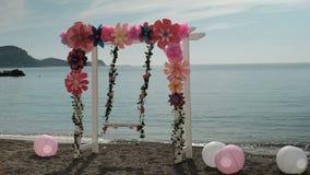 Στην κενή ταλάντευση ταλάντευσης ακτών που διακοσμείται με τα λουλούδια και τις σφαίρες φιλμ μικρού μήκους