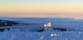 Στην κορυφογραμμή επάνω από τα σύννεφα στοκ εικόνα