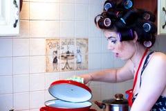 Στην κουζίνα Στοκ εικόνα με δικαίωμα ελεύθερης χρήσης